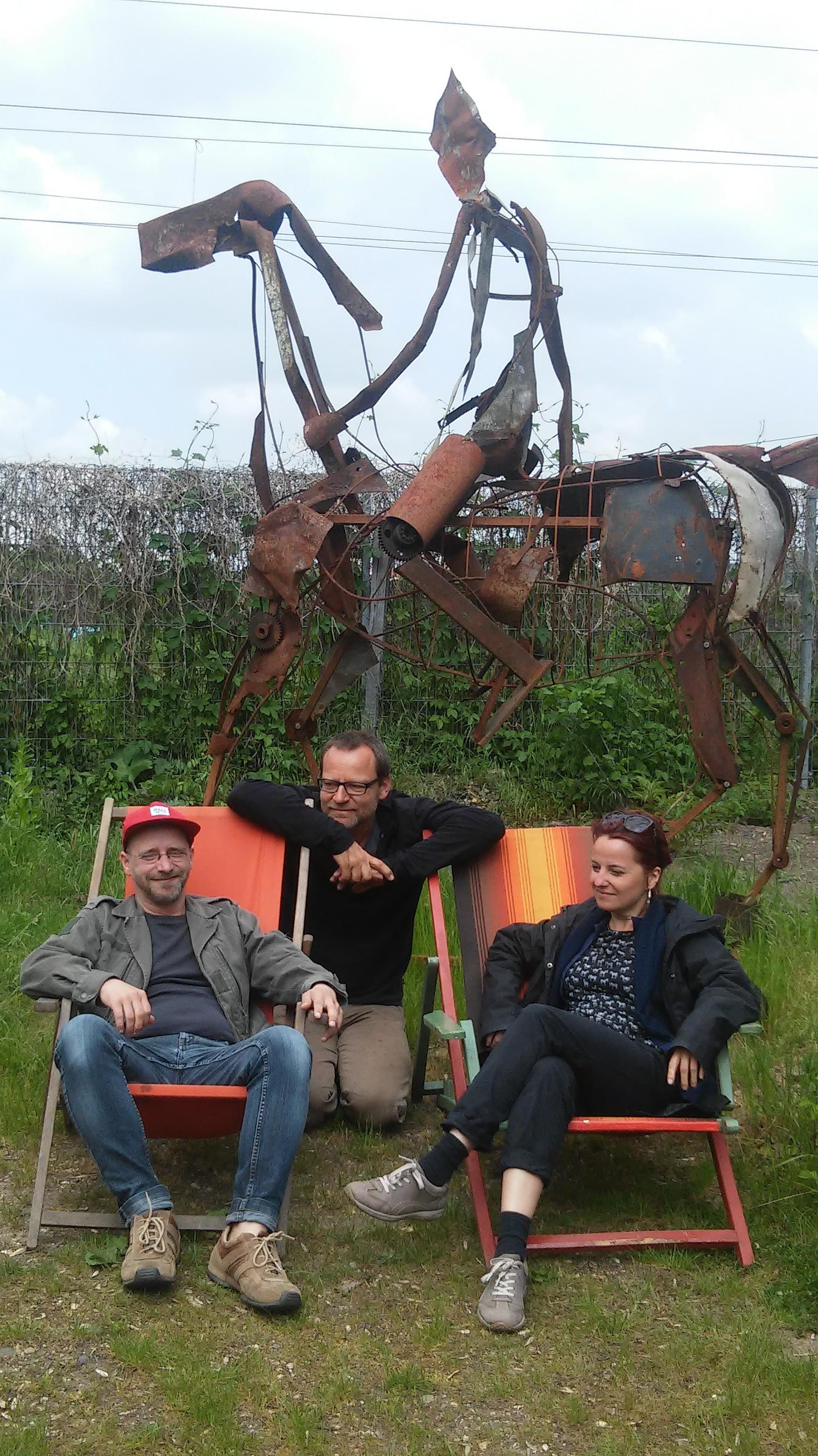 v.l.n.r. Marek Brandt, Christoph Hundhammer und Diana Wesser vor der Reiterskulptur, die anlässlich der NdK 2015 entstand.