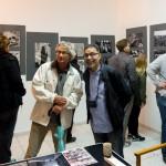 Mahmoud Dabdoub (rechts im Bild) vor seinen Fotografien in der GSS 139