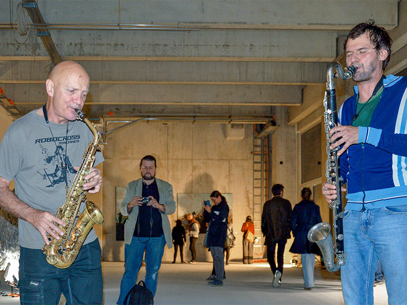 Spontaner Auftritt Jim Whitings (Begründer des legendären Bimbotowns) mit Saxofon.